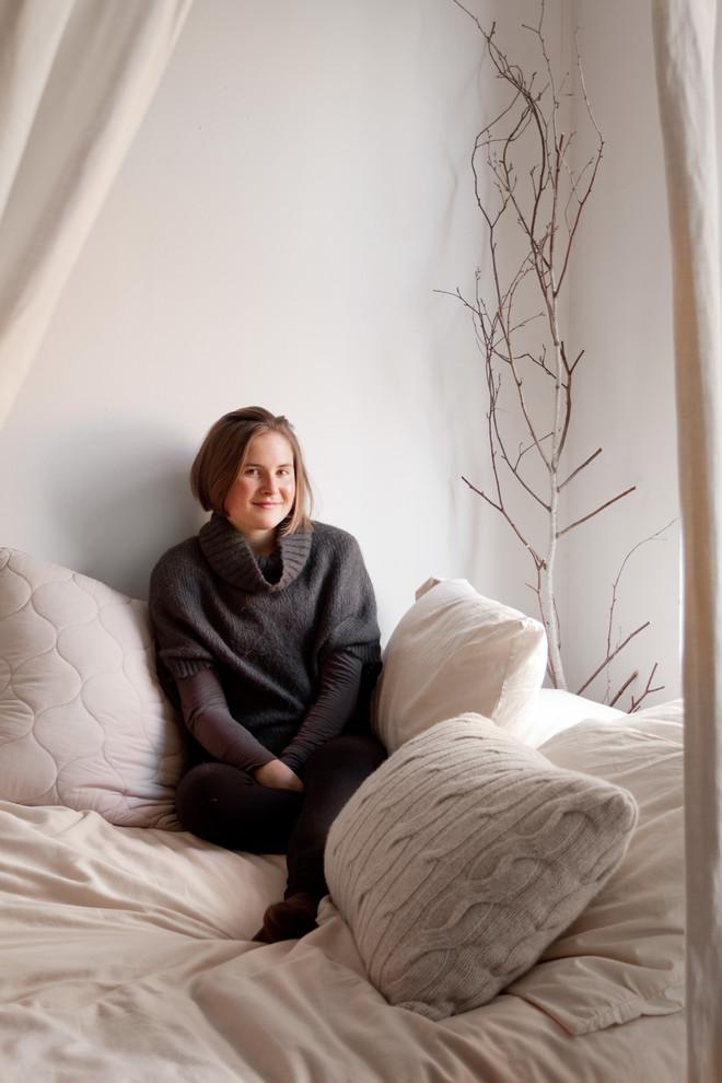 Вязаная подушка на кровати