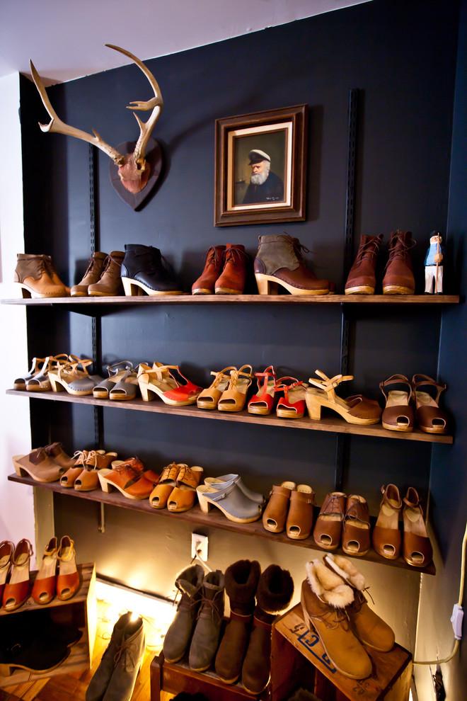 Открытые полк для обуви в гостиной
