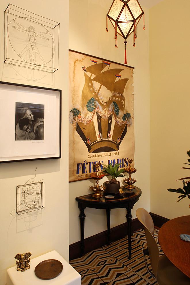 Картины и арт-произведения на стене
