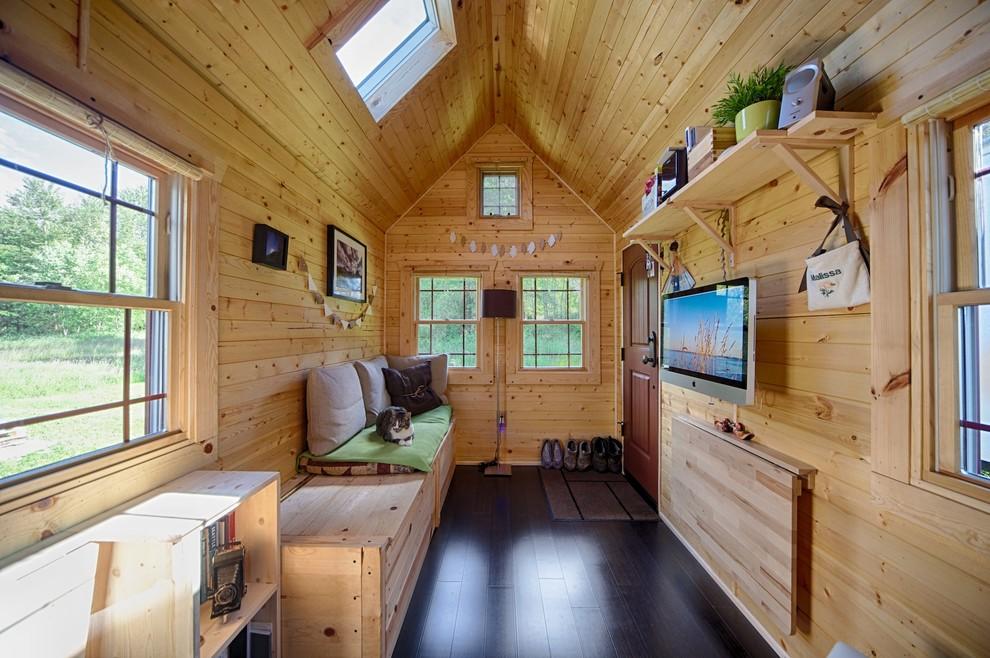 Узкий деревянный коттедж