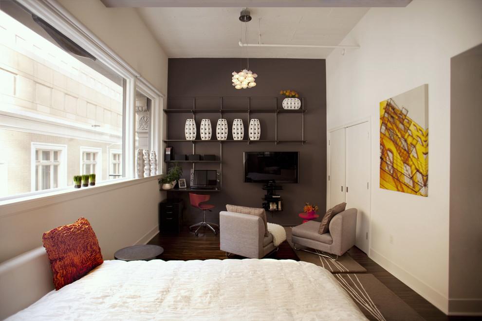 Тёмная акцентная стена в светлой комнате