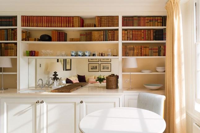 Книжный шкаф с зеркальной вставкой
