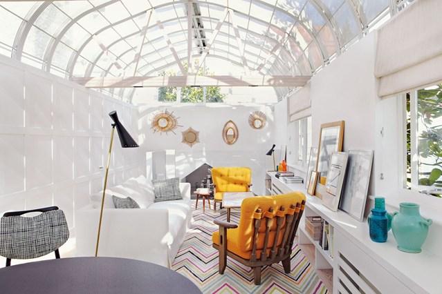 Прозрачный потолок в маленькой гостиной