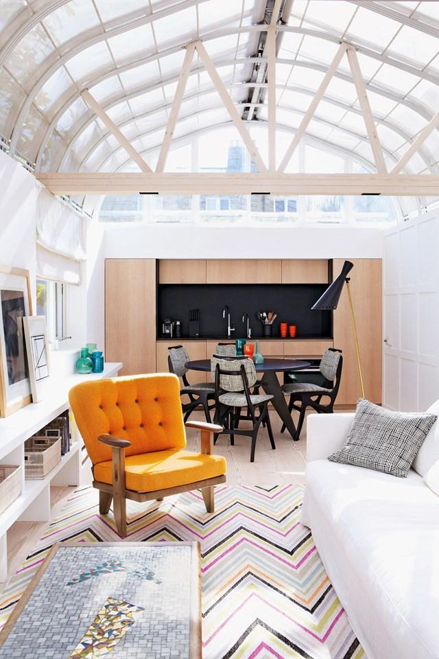 Прозрачный потолок в гостиной