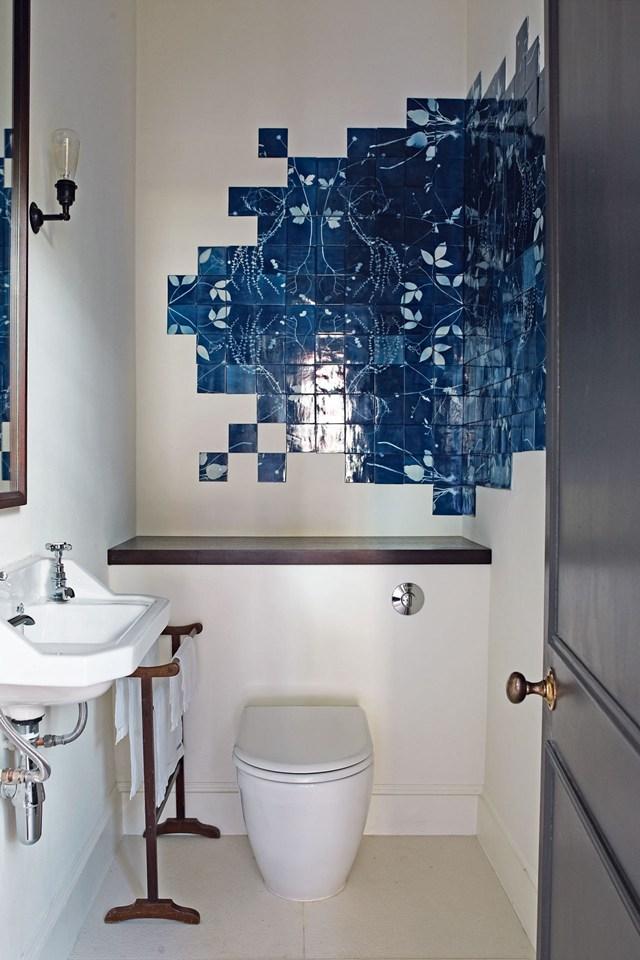 Коллаж из керамической плитки в ванной