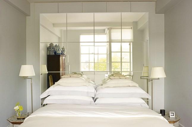 Зеркальное изголовье кровати в спальне