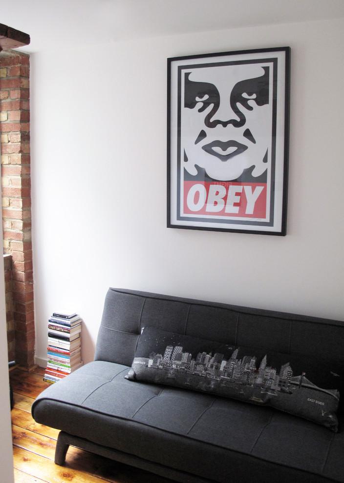 Диван в кабинете маленькой квартиры