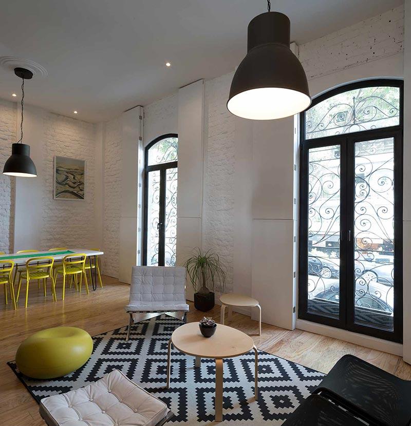 Интерьер маленькой однокомнатной квартиры в чёрно-белом цвете