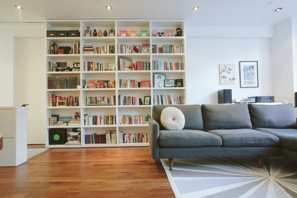 Книжный шкаф в гостиной стильного дуплекса на Манхеттене