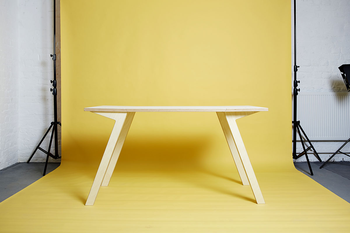 Простой стол для маленькой квартиры