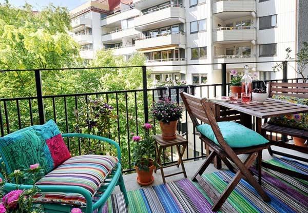 Открытый балкон с мебелью