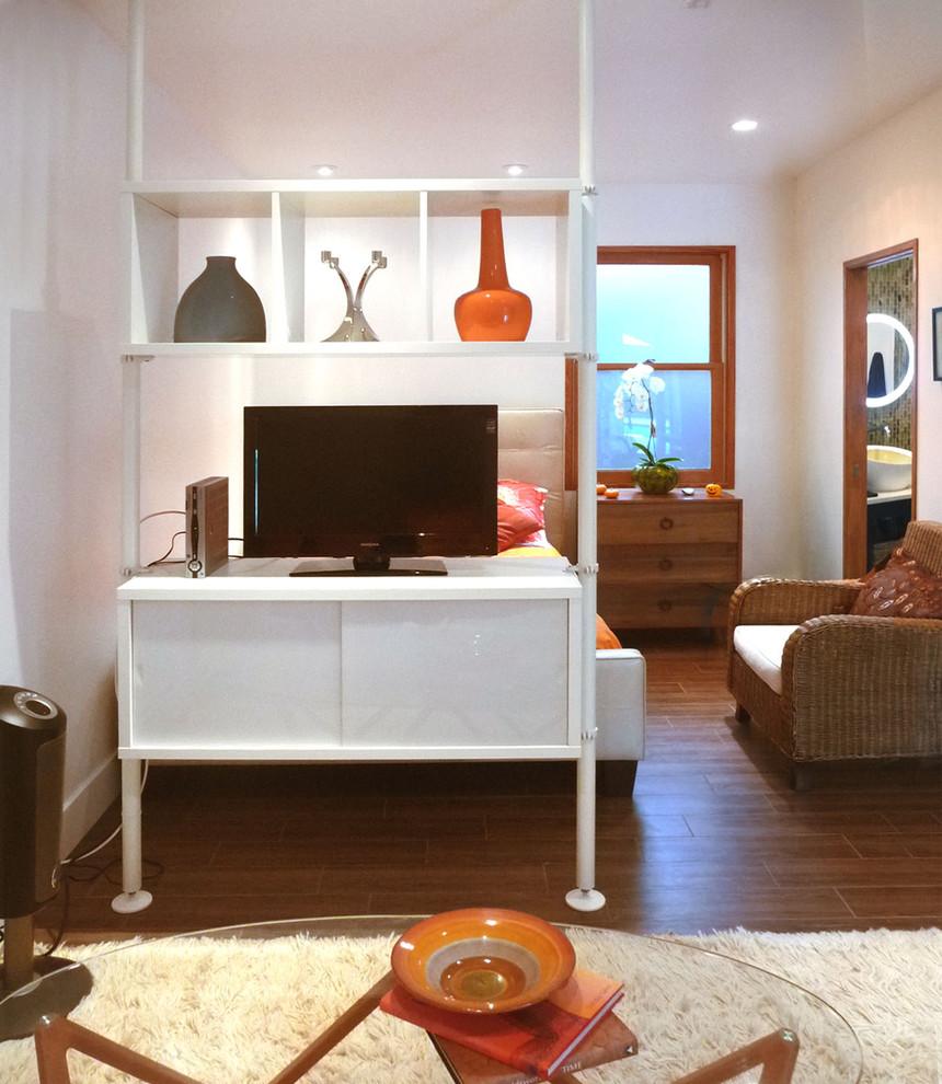 Небольшой телевизор в гостиной