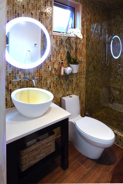 Орхидея на стеклянной полке в ванной