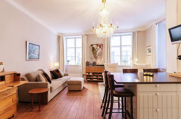 Гостиная и столовая квартиры-студии в Стокгольме