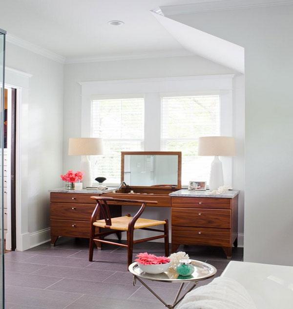 Деревянный туалетный столик в будуаре