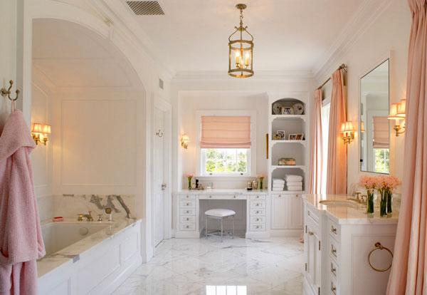 Женский будуар в белоснежной ванной