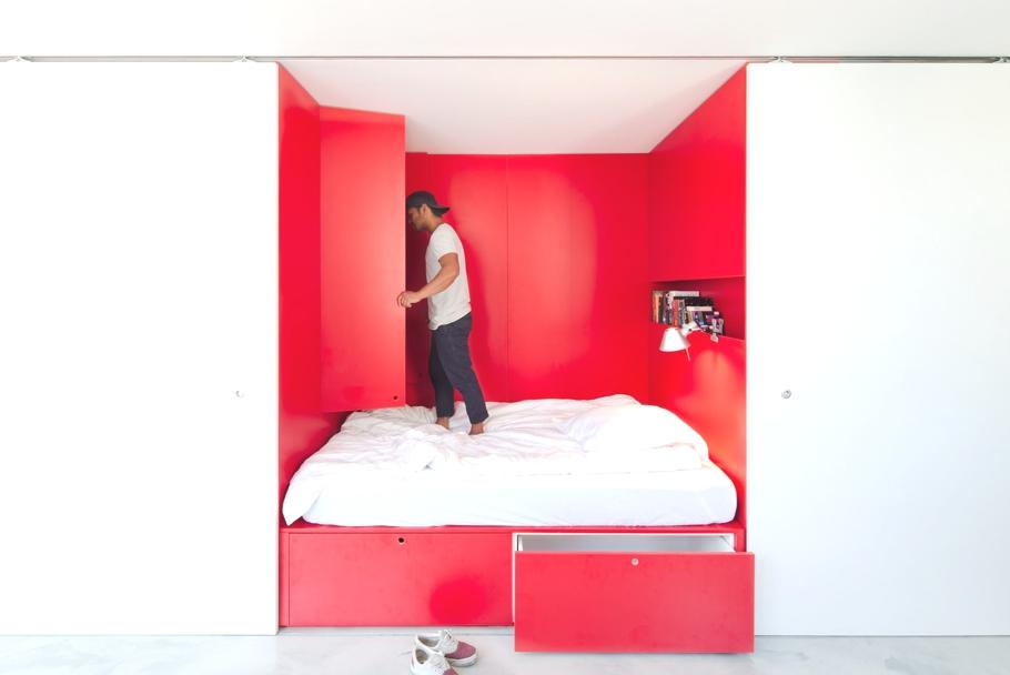 Спальня в апартаментах Mighty Mouse от Николаса Гарни