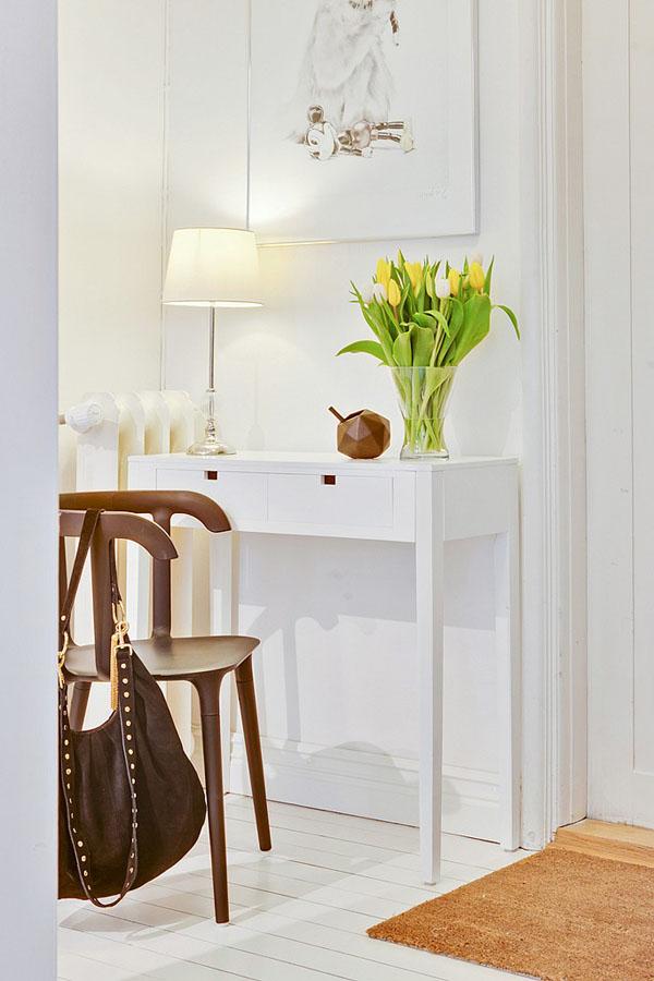 Букет тюльпанов на туалетном столике