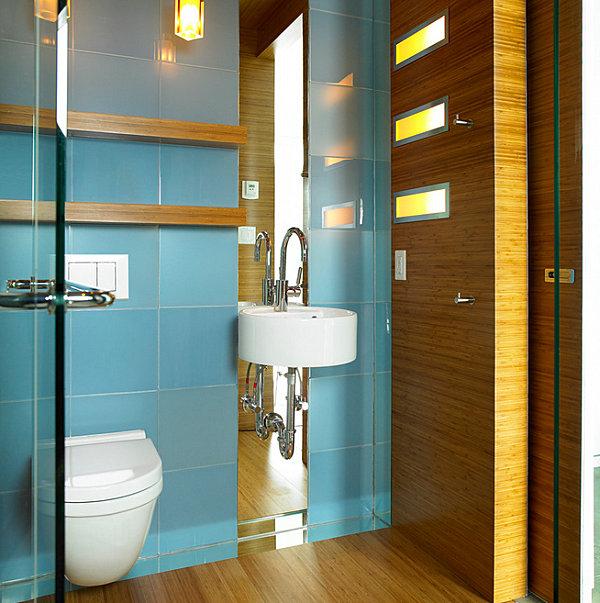 Голубая настенная плитка в небольшой ванной комнате