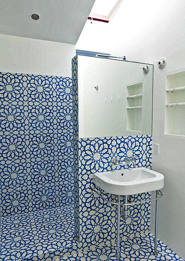 Синий цветочный узор на стене в ванной