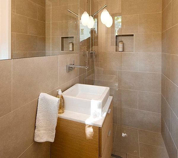 Небольшая ванная в пастельных тонах