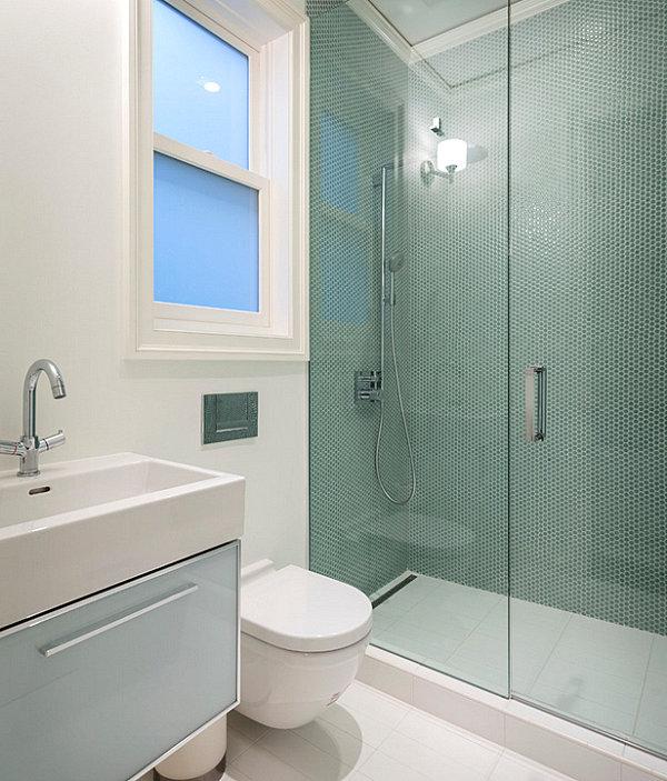 Стеклянная душевая в компактной ванной
