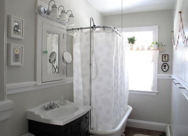 Чёрные акценты в белой ванной комнате