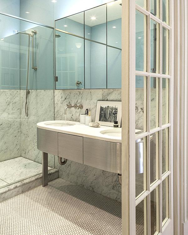 Мраморная отделка в небольшой ванной комнате