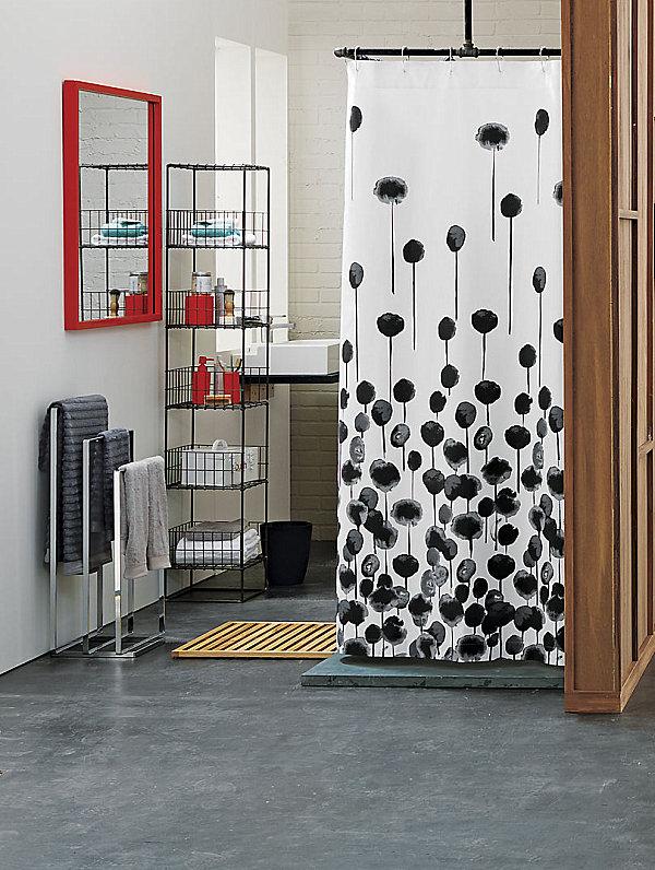 Красные акценты в чёрно-белой ванной комнате