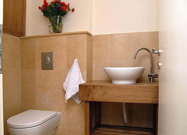 Букет красных цветов в светлой ванной