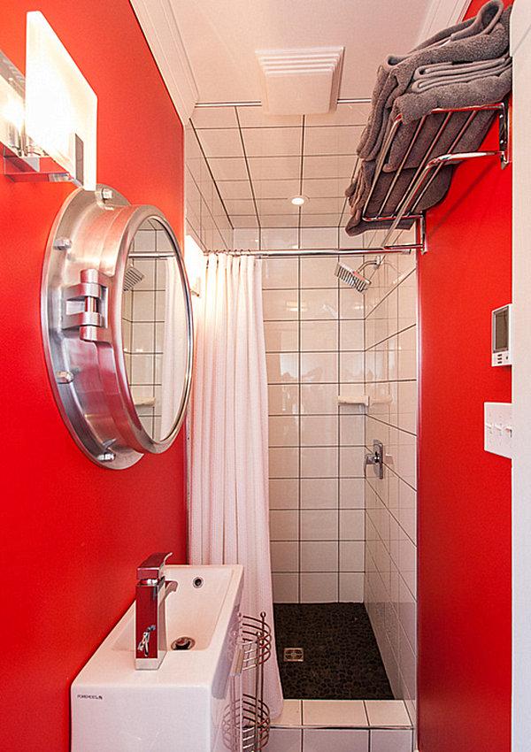 Яркая красная отделка небольшой ванной комнаты