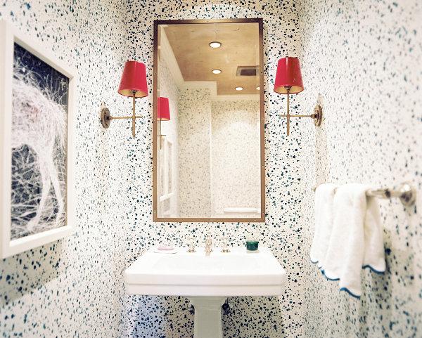 Стены в крапинку в небольшой ванной комнате