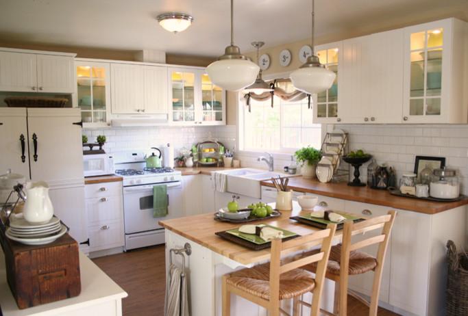 Интерьер кухни с небольшим островом с держателем для полотенец