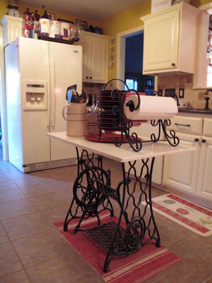 Интерьер кухни с небольшим островом из швейного столика