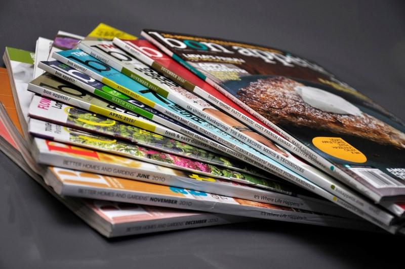 Стопка разноцветных журналов
