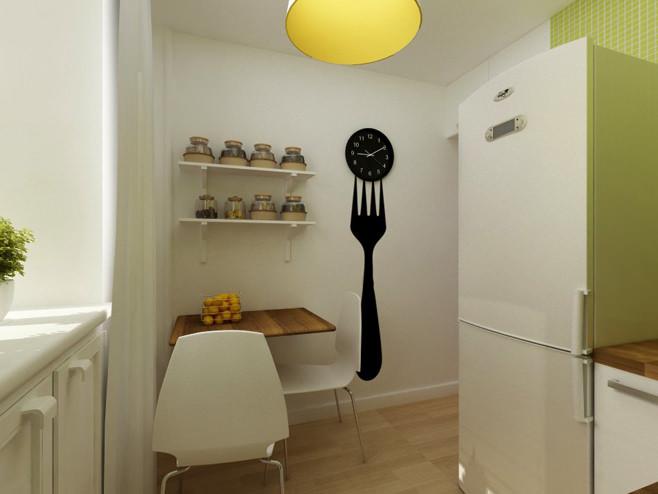 Оригинальные часы на кухне двухкомнатной квартиры в России