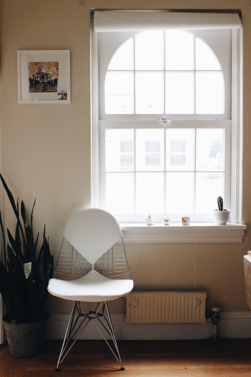 Белый стул у большого окна
