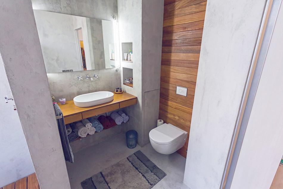 Умывальник и унитаз в ванной однокомнатной квартиры
