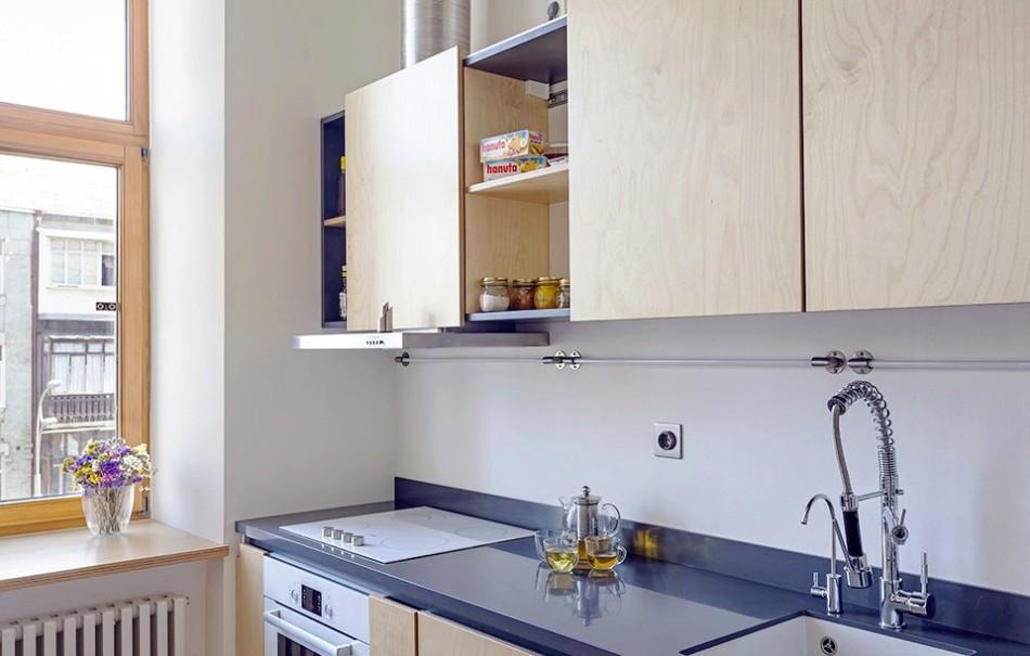 Электрическая плита в кухне однокомнатной квартиры