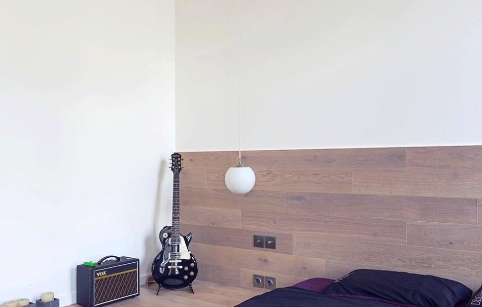 Электрогитара в уголке у кровати