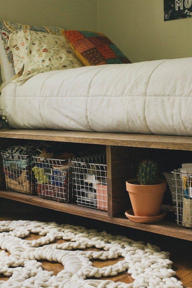 Системы хранения под кроватью для увеличения пространства в спальне