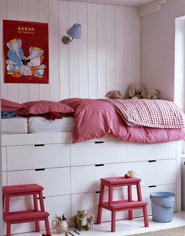 Кровать на подиуме для увеличения пространства в спальне