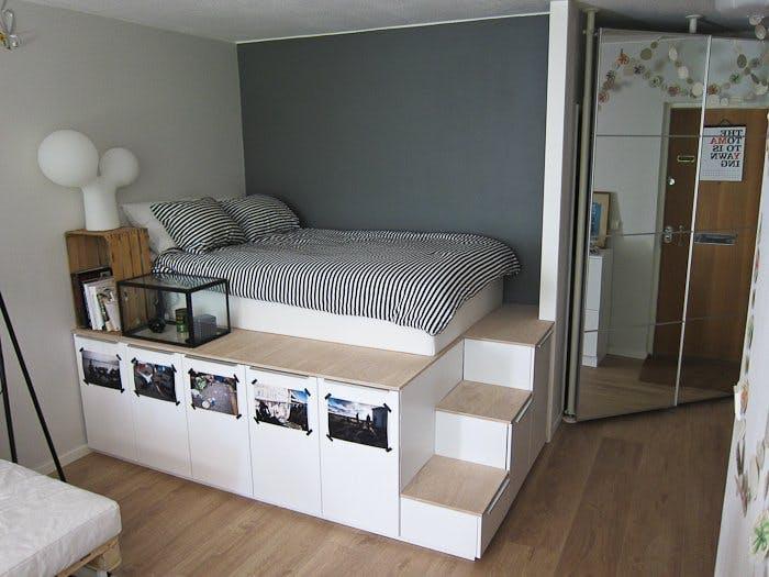 Спальное место на подиуме для увеличения пространства в спальне