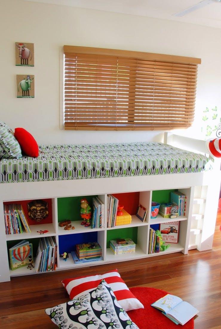 Полки под кроватью для увеличения пространства в спальне