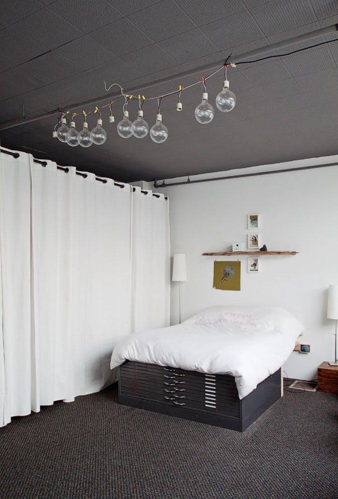 Ящики под кроватью для увеличения пространства в спальне