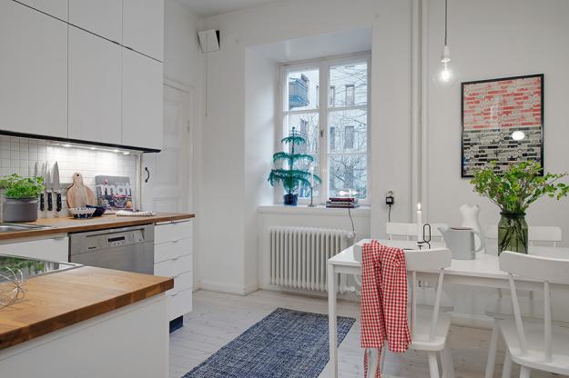 Кухня со столовой небольшой квартиры в скандинавском стиле