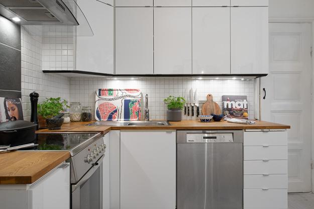 Угловая кухня небольшой квартиры в скандинавском стиле