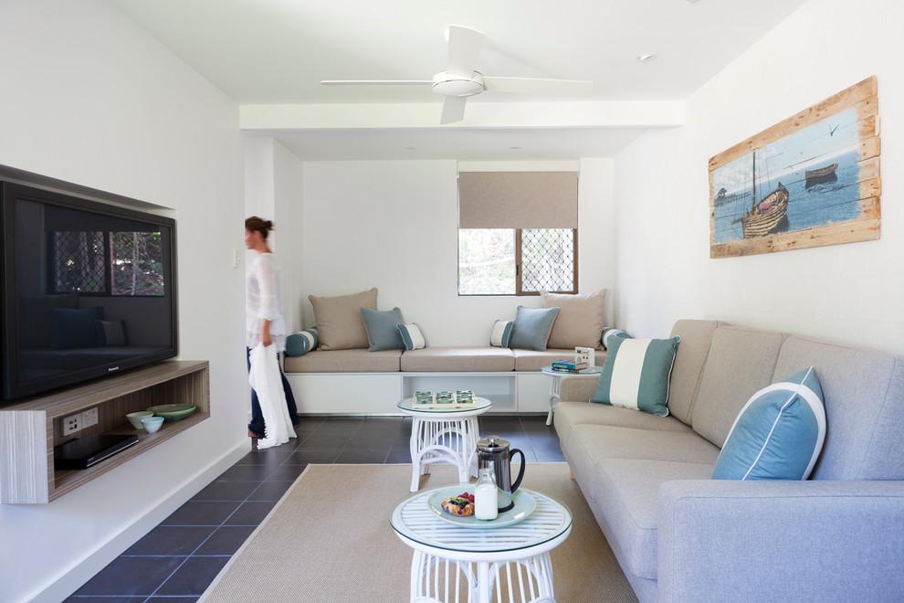Крупная и мелкая мебель в пляжном доме