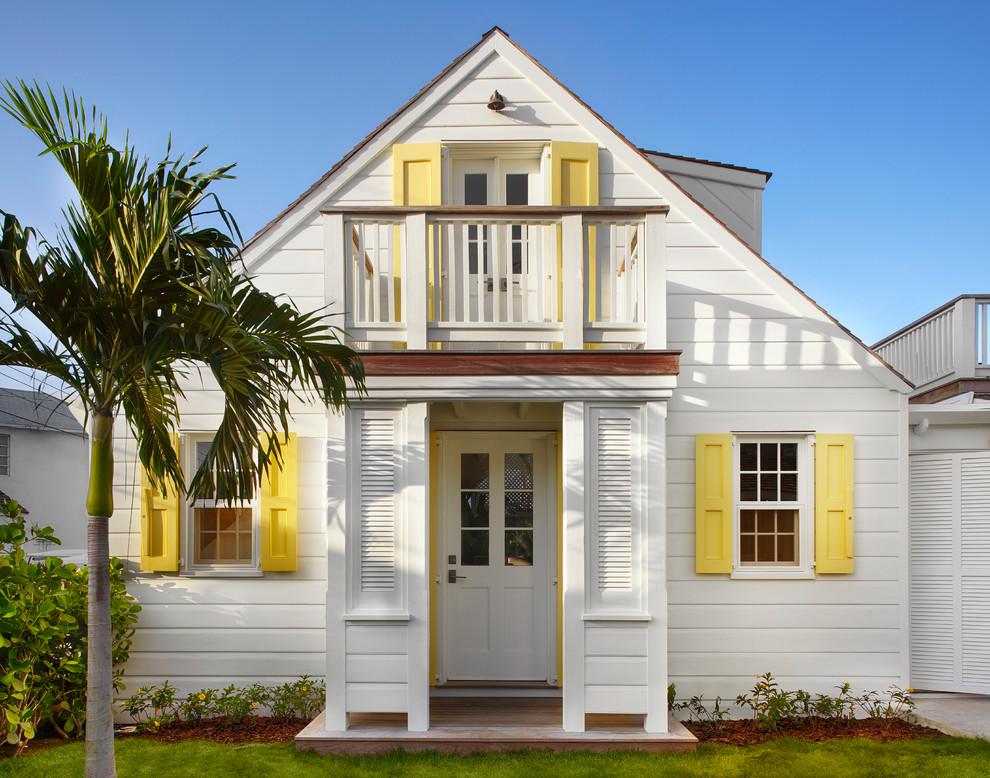 Маленький пляжный дом белого цвета