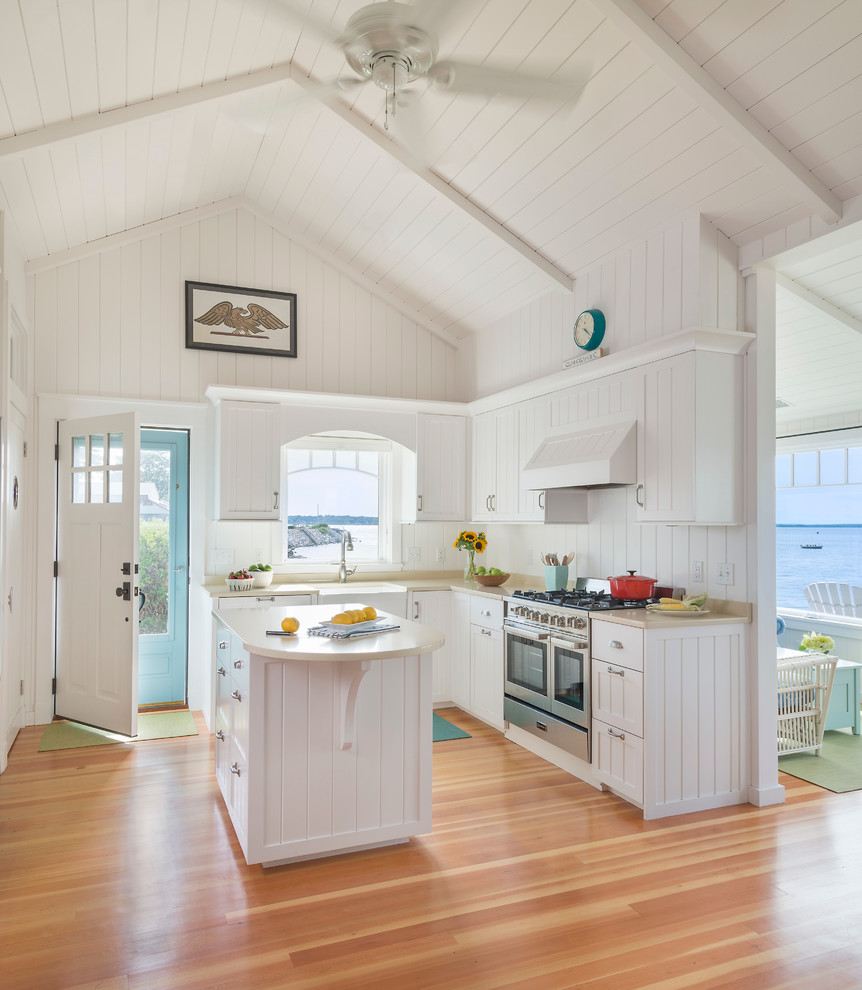Белая мебель в пляжном доме